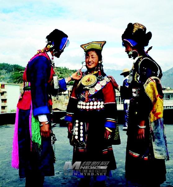 12月15日以来,由北川羌族民俗博物馆与迪庆藏族自治州博物馆联合主办的幻彩霓裳迪庆民族服饰文化展在北川羌族民俗博物馆开展后,吸引了众多游客和当地群众前往参观。据悉,此次展览将持续到明年2月15日,免费向北川群众和各地游客开放。   记者在北川羌族民俗博物馆云南迪庆服饰展区看到,来自迪庆当地的藏族、纳西族、傈僳族等80余套民族服饰精美呈现,众多游客驻足观看,并纷纷拿出相机、手机自拍或是请朋友帮忙拍照留念。这些服饰太有特色了,原来,迪庆服饰文化与我们北川羌族还有着这么多的共同之处!北川羌族小妹母慧